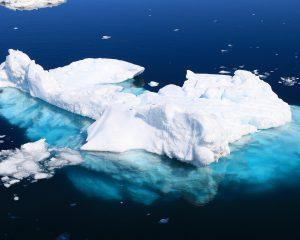 iceberg dans l'eau